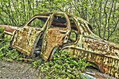 Carro da sucata nas madeiras Foto de Stock