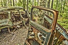 Carro da sucata nas madeiras Fotografia de Stock Royalty Free