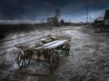 Carro da vila, noite, obscuridade, assustador, noite, obscuridade, nuvens, tempestade Fotos de Stock Royalty Free