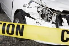 Carro danificado atrás de fita de advertência Fotografia de Stock