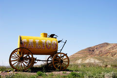Carro de agua amarillo Imagenes de archivo