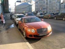 Carro de Bentley em uma rua de Moscou fotografia de stock