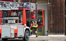 Carro de bombeiros com um sapador-bombeiro durante uma chamada de emergência Fotos de Stock Royalty Free