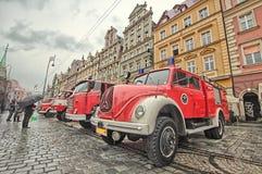Carro de bombeiros e equipamento no dia do bombeiro Imagem de Stock