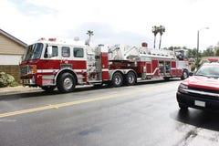 Carro de bombeiros e escada na rua imagem de stock royalty free