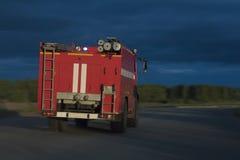 Carro de bombeiros na estrada Fotografia de Stock Royalty Free