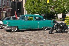 Carro de Chevrolet do vintage e motocicleta de Junak Fotografia de Stock Royalty Free