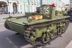 Carro de combate anfíbio soviético pequeno original T-38 da segunda guerra mundial na ação da cidade no quadrado do palácio, St P Foto de Stock Royalty Free