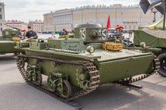 Carro de combate anfíbio soviético pequeno original T-38 da segunda guerra mundial na ação da cidade no quadrado do palácio, St P Imagens de Stock