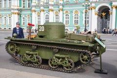 Carro de combate anfíbio soviético pequeno original T-38 da segunda guerra mundial na ação da cidade no quadrado do palácio, St P Fotografia de Stock Royalty Free