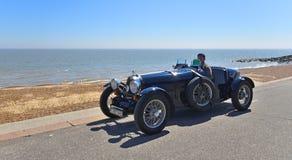 Carro de competência azul de Bugatti do clássico que está sendo conduzido ao longo do passeio da frente marítima fotos de stock