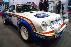 Carro de competência Porsche 911 pela estrada transversaa Solução, 1984 Fotos de Stock Royalty Free