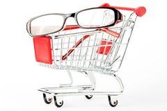 Carro de compra com vidros do olho fotos de stock