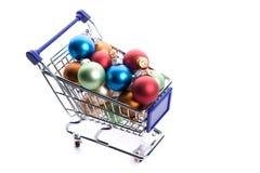 Carro de compra completamente com as esferas do Natal do colorfull Imagem de Stock Royalty Free
