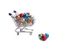 Carro de compra completamente com esferas do Natal Imagens de Stock Royalty Free