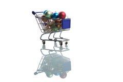 Carro de compra completamente com esferas do Natal Imagem de Stock Royalty Free