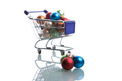 Carro de compra completamente com esferas do Natal Fotografia de Stock Royalty Free