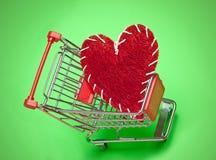 Carro de compra e coração vermelho Imagem de Stock