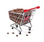Carro de compra enchido com os feijões de café Fotografia de Stock
