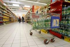 Carro de compra no supermercado Fotografia de Stock Royalty Free