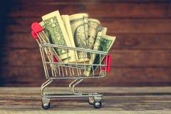 Carro de compras con el dinero