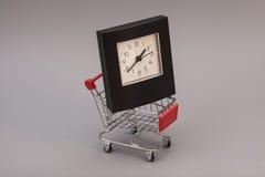 Carro de compras con el reloj de alarma Fotografía de archivo libre de regalías