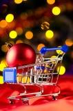 Carro de compras con la bola decorativa Foto de archivo libre de regalías