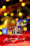 Carro de compras con la bola decorativa Foto de archivo