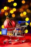 Carro de compras con la bola decorativa Imagen de archivo libre de regalías