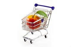 Carro de compras con la manzana Foto de archivo