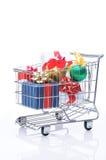Carro de compras con los presentes Imagen de archivo libre de regalías