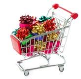 Carro de compras con los rectángulos de regalo coloridos de la Navidad Imagen de archivo libre de regalías