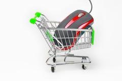Carro de compras con un ratón Imágenes de archivo libres de regalías