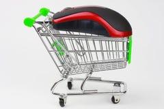 Carro de compras con un ratón Fotografía de archivo libre de regalías