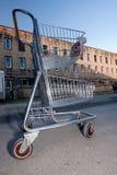 Carro de compras en estacionamiento del edificio Fotografía de archivo libre de regalías