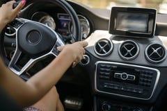 Carro de condução fêmea foto de stock royalty free