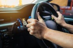 Carro de condução masculino no tempo do dia, filtro do vintage fotografia de stock