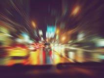 Carro de condução rápido da cena urbana abstrata da noite da estrada de cidade do fundo, borrão de movimento da velocidade clara Fotografia de Stock