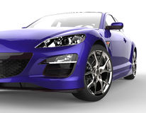 Carro de corridas moderno roxo no fundo branco - close up do farol Foto de Stock Royalty Free