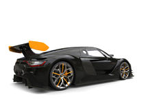 Carro de corridas - preto com a asa traseira amarela e detalhes amarelos nas rodas ilustração do vetor
