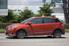 Carro de Eco do carro com porta traseira de toyota Yaris do carro privado Fotografia de Stock