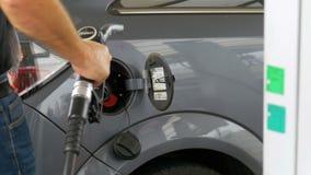 Carro de enchimento do homem com combustível diesel Equipe a mão do ` s usando uma bomba de gasolina para encher acima seu carro  vídeos de arquivo