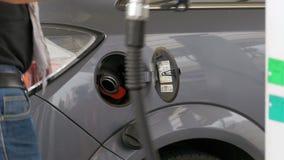 Carro de enchimento do homem com combustível diesel Equipe a mão do ` s usando uma bomba de gasolina para encher acima seu carro  filme