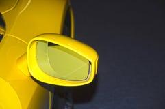Carro de esportes amarelo do espelho retrovisor Foto de Stock