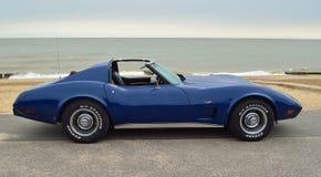 Carro de esportes azul clássico de Corveta no passeio da frente marítima imagem de stock royalty free