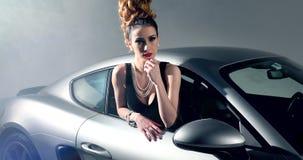 Carro de esportes bonito de Posing In A do modelo de forma filme