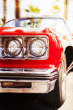 Carro de esportes clássico vermelho que vai rapidamente, no fundo do borrão de movimento Foto de Stock Royalty Free