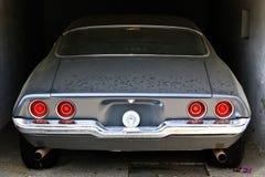 Carro de esportes empoeirado em uma garagem imagem de stock royalty free