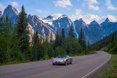 Carro de esportes, estrada do lago da moraine Fotos de Stock