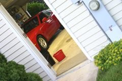 Carro de esportes na garagem Fotos de Stock Royalty Free